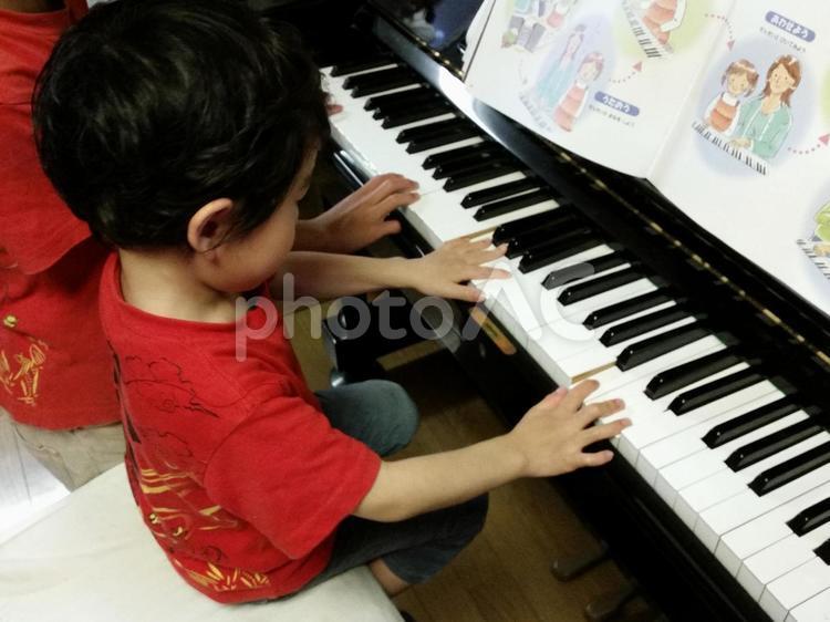 ピアノを弾く少年の写真